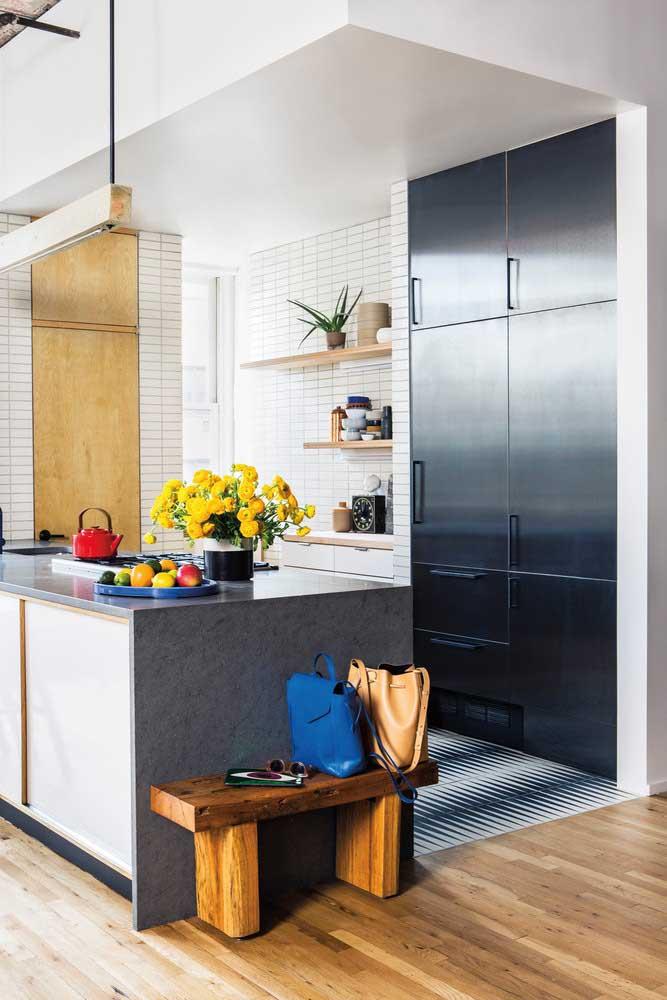 Cozinha pequena planejada com toque moderno e personalizado