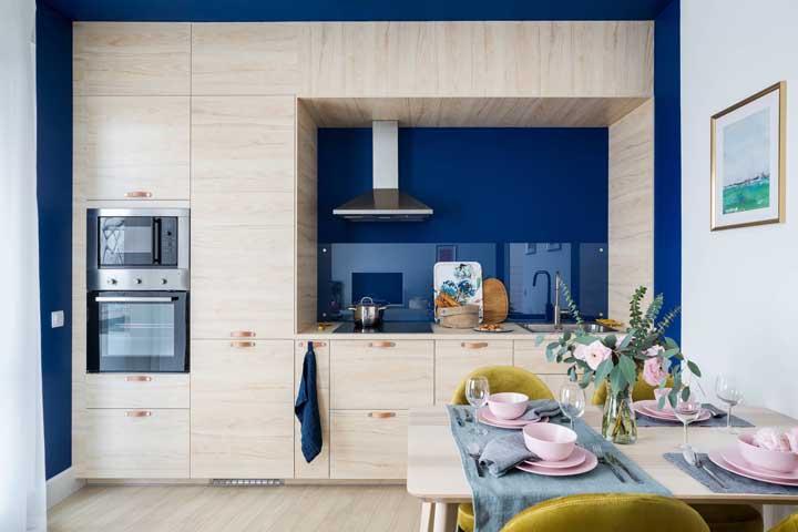 O que seria dessa cozinha planejada sem a parede azul?