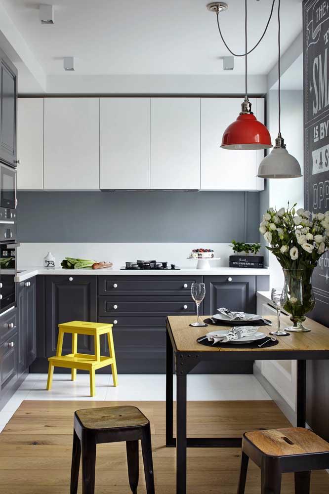 O mix entre marcenaria retrô e moderna é o destaque dessa cozinha planejada para apartamento pequeno