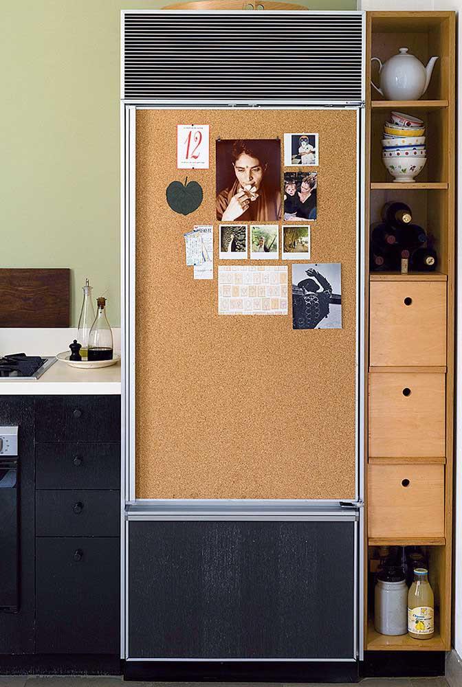 Nessa cozinha planejada para apartamento pequeno, a geladeira virou mural de recados
