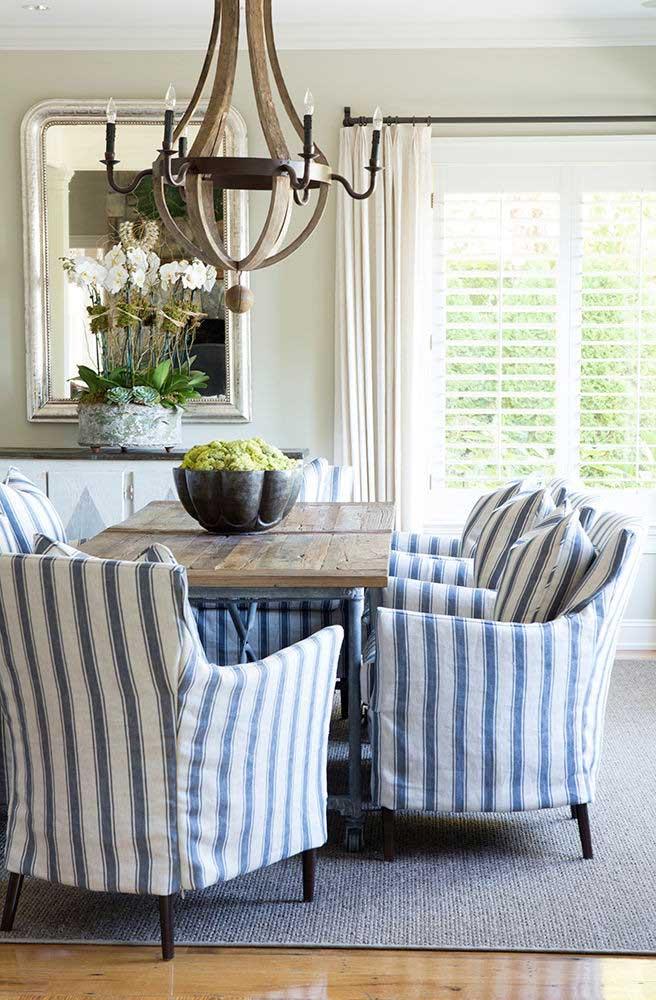 Sala de jantar com decoração rústica, clássica e elegante