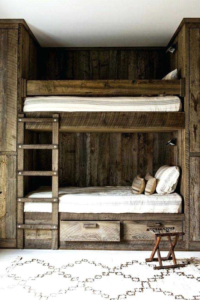 Quarto com beliches de madeira maciça para evidenciar a decoração rústica