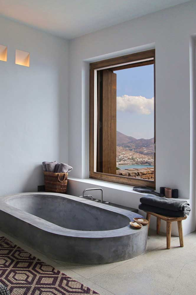 Banheiro rústico e moderno que mescla o uso da madeira e do cimento queimado