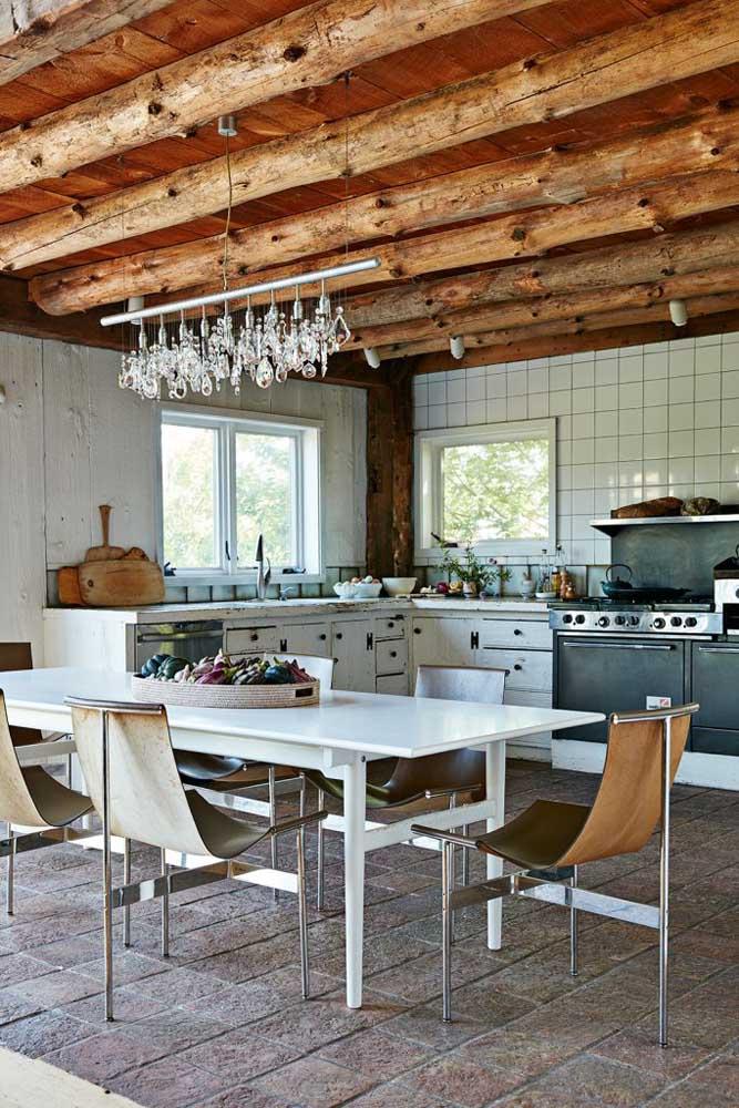 O destaque aqui é o contraste entre a madeira rústica do teto com os móveis de design moderno