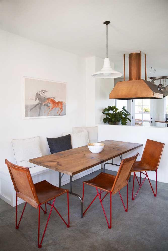 Decoração rústica e simples na sala de jantar integrada