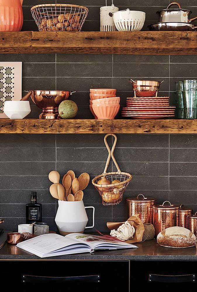 Madeira, cobre e cerâmica: objetos de decoração rústica para cozinha
