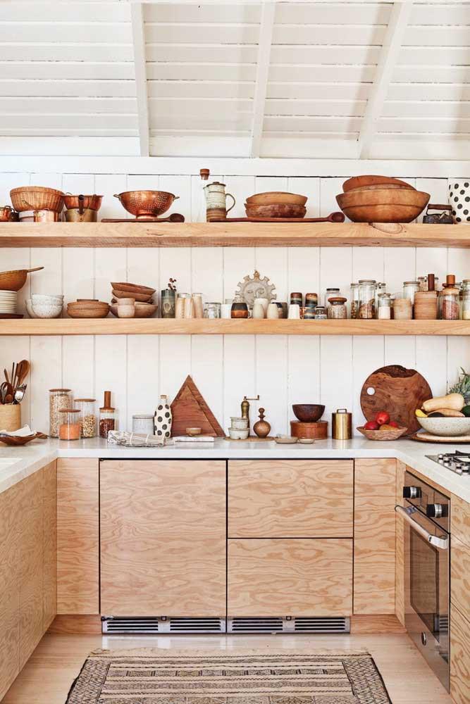 Cozinha repleta de objetos de decoração rústica