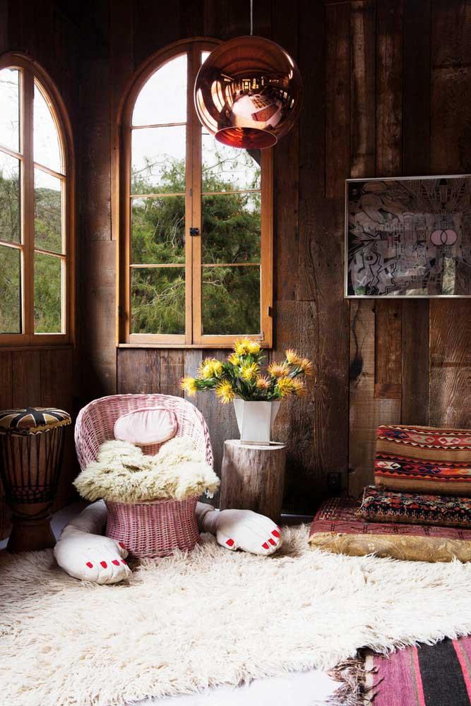 Janelas amplas para um quarto rústico cheio de luz natural