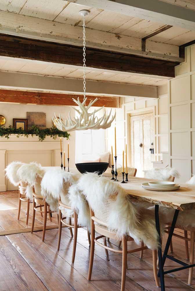 Sala de jantar rústica que esbanja personalidade