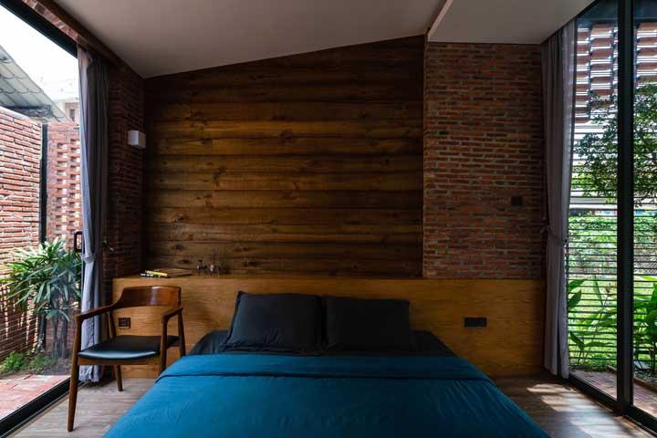 Revestimento rústico de madeira e tijolinhos