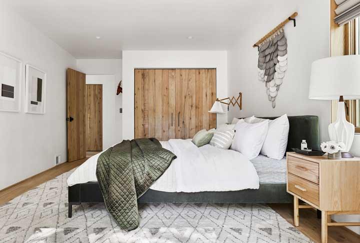 Já para o quarto de casal, a decoração rústica se mantem em tons neutros e claros