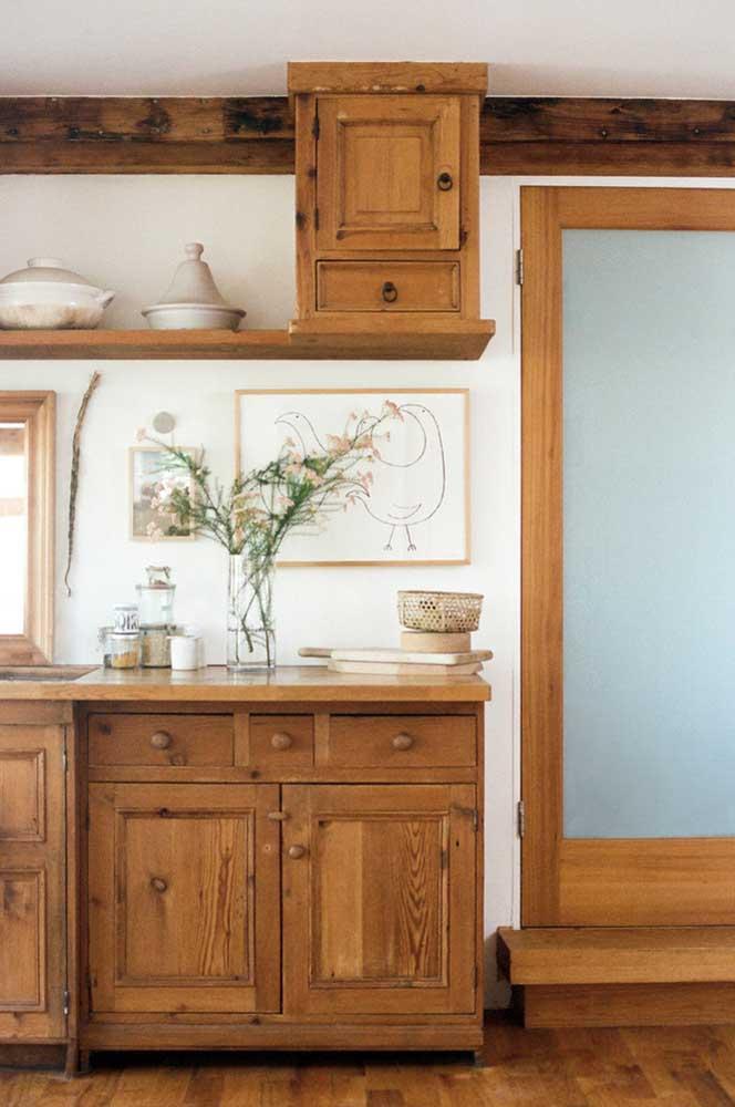 Cozinha rústica com móveis retrô para criar aquele clima de casa de campo