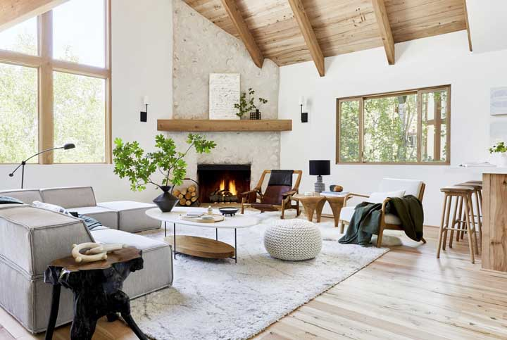 Sala rústica valorizada pela luz natural