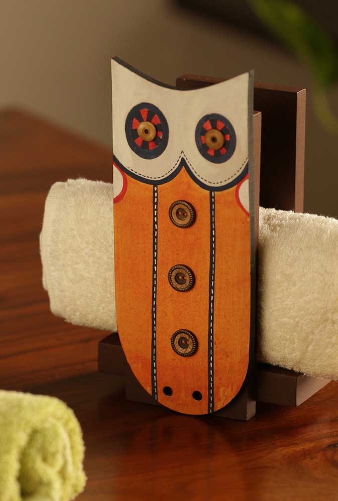 Olha que boa ideia de faça você mesmo: porta toalha de corujinha feita em madeira