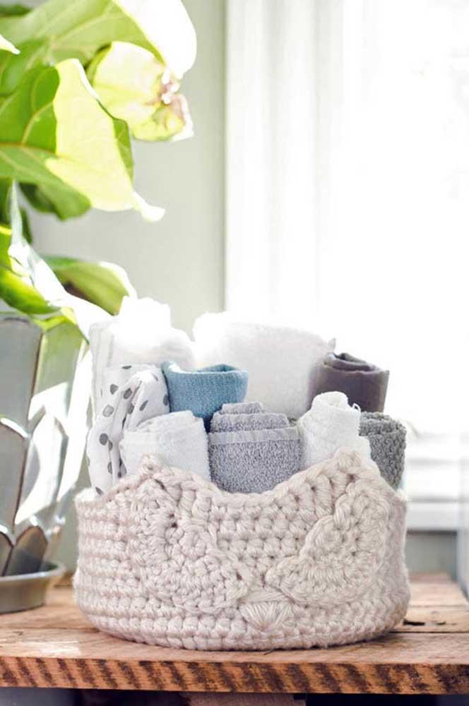 Aqui, a corujinha aparece como cesto de crochê para organizar toalhas e itens de higiene