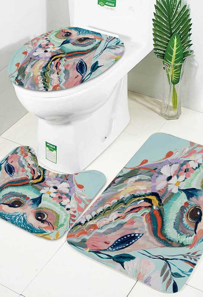 Corujinhas coloridas estampam esse jogo de banheiro três peças