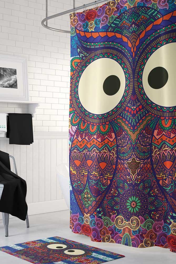 Já aqui, a coruja ganhou ares psicodélicos e se destaca em meio as paredes e piso branco