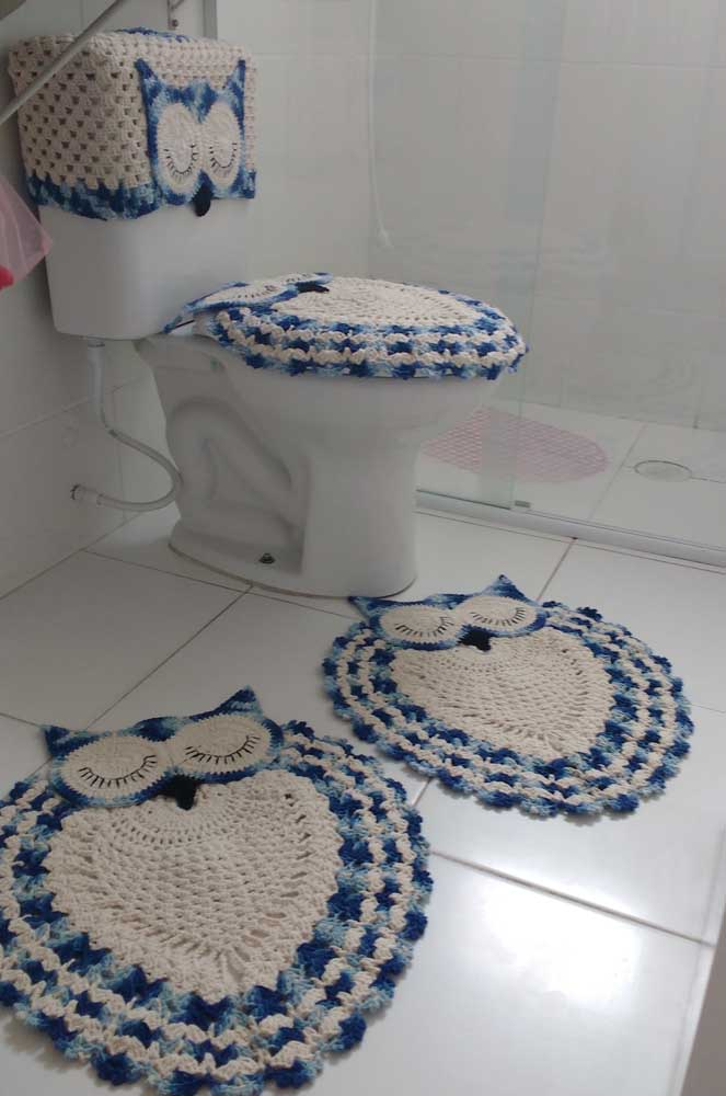 Aqui, o conjunto de banheiro de coruja vem com os tapetes, a capa para o vaso e também para a descarga