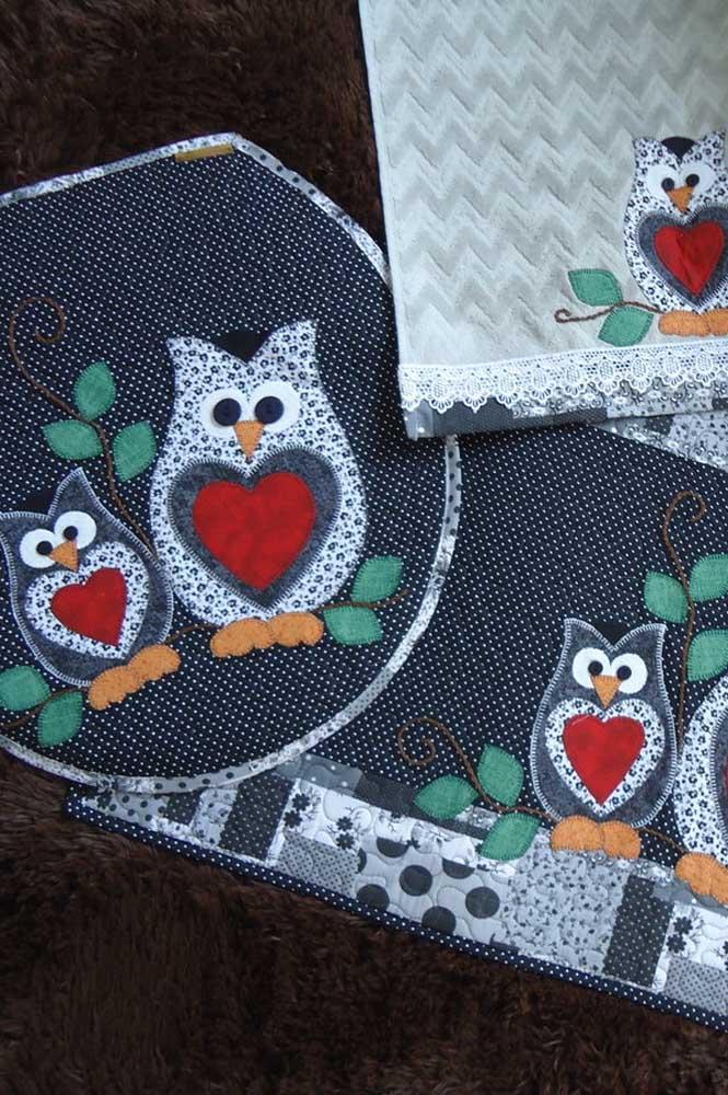 E o que acha de combinar o bordado de coruja da toalha com o tapete?