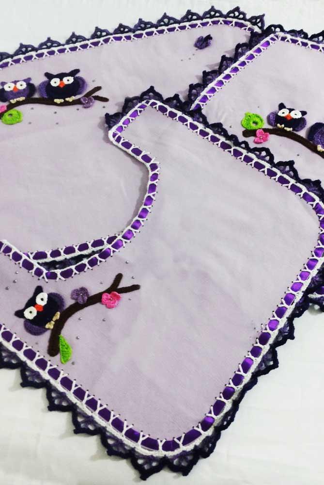 Jogo de banheiro de coruja em tecido branco com acabamento de fita e barradinho de crochê