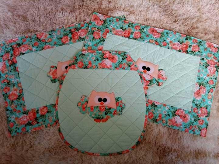 Jogo de banheiro de coruja feito em patchwork com bordas de estampa floral