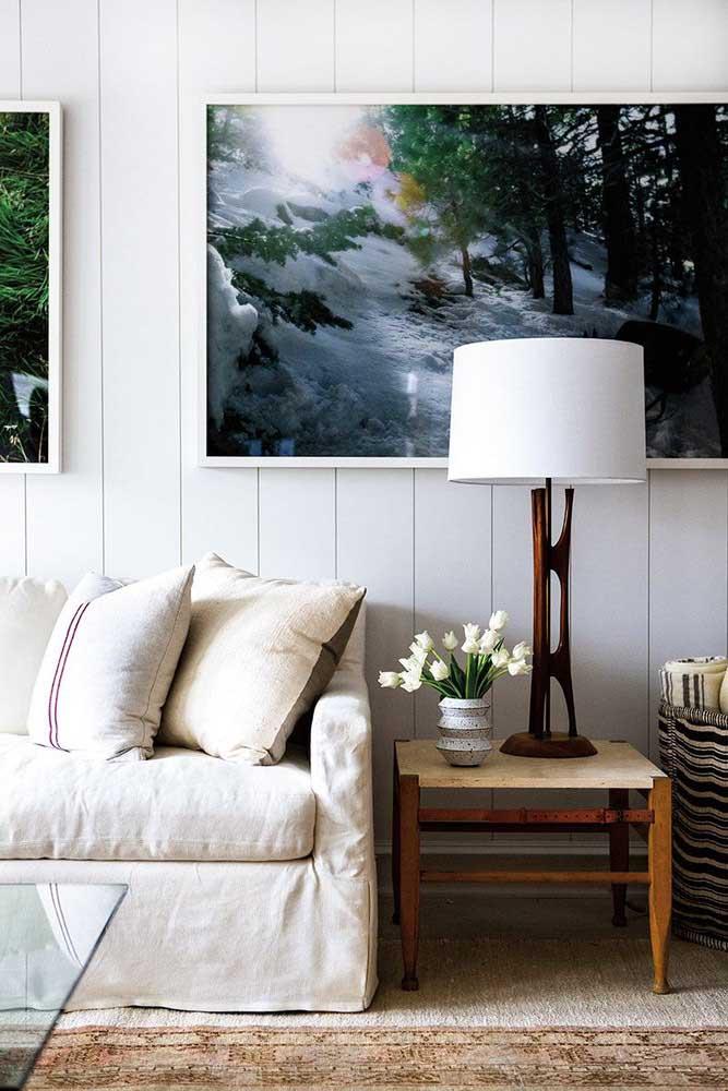 Luminária para sala em estilo abajur. Sobre a mesa, a luz difusa garante o conforto visual ideal