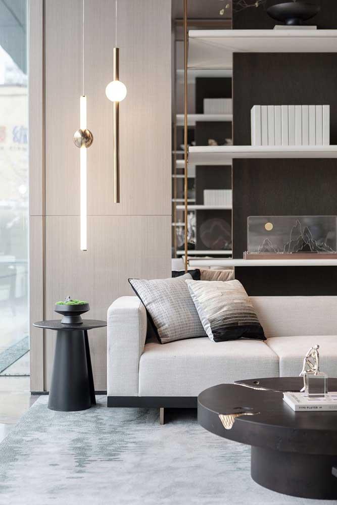 Luminárias pendentes de teto são ótimas para serem usadas baixinhas, quase rentes a mesa lateral, desde que não atrapalhe a visão e a circulação de pessoas
