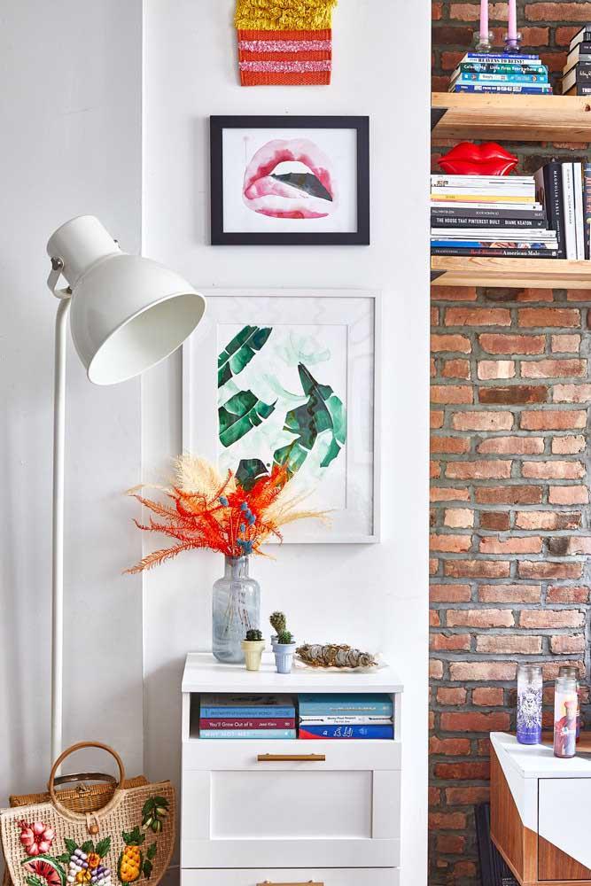 Luminária de chão para sala de estar. A cúpula permite o direcionamento da luz para o local que você desejar