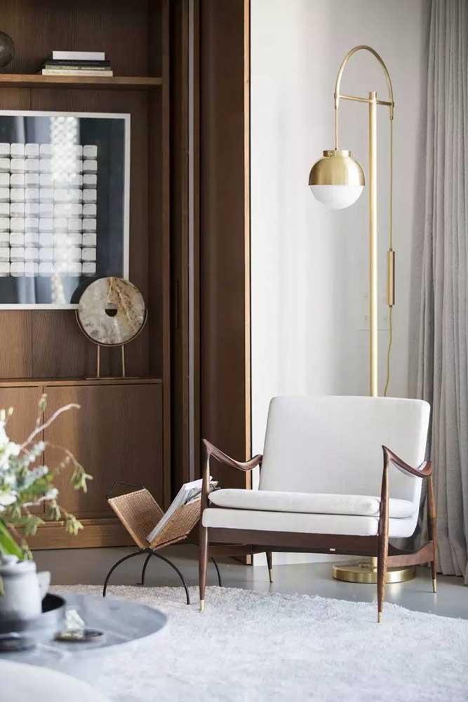 Luminária de chão para sala com base dourada: elegância pura!