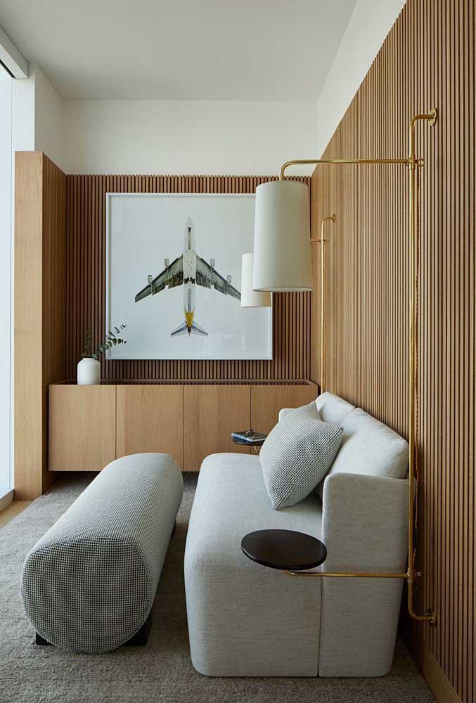 Dupla de luminárias de parede que também possuem função de mesinha de apoio lateral