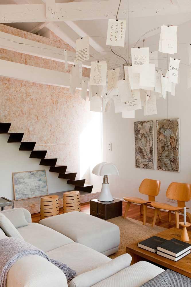 Nessa sala, o abajur tradicional repousa sobre a mesinha, já para o teto a opção foi por uma luminária bem mais original