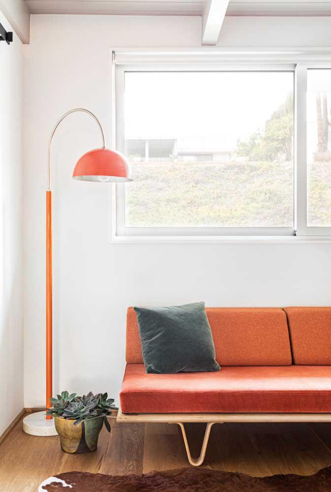 Luminária para sala fazendo uma dupla perfeita com o sofá