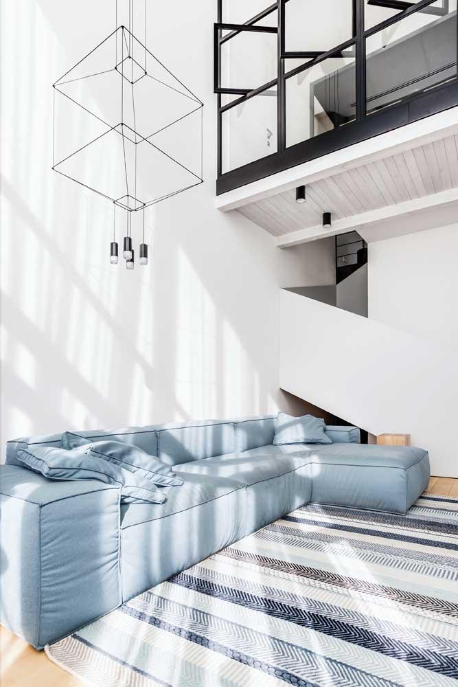Para a sala de pé direito alto, uma luminária pendente capaz de percorrer toda a altura do ambiente