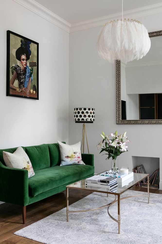 A sala de estar contemporânea apostou em uma luminária pendente de teto super descolada e uma luminária de chão com ares retrô