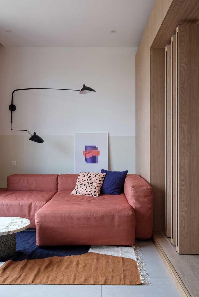 Um braço da luminária para cada canto do sofá
