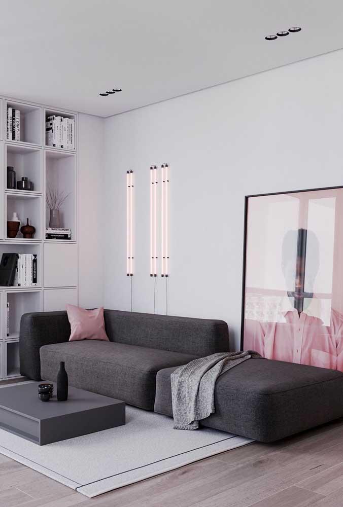 Aqui, as luminárias de parede se assemelham as lâmpadas tubulares
