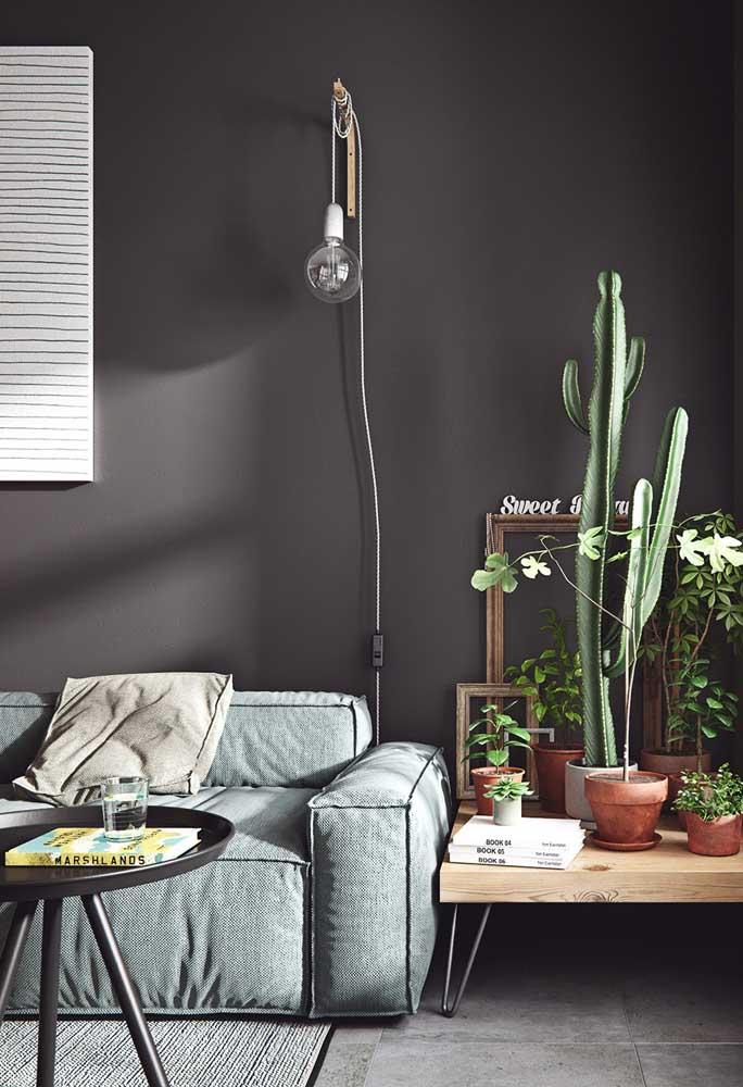 Para fazer a luminária mais simples e legal do mundo você vai precisar de uma mão francesa de madeira, uma lâmpada e um pedaço de fio. Só isso!