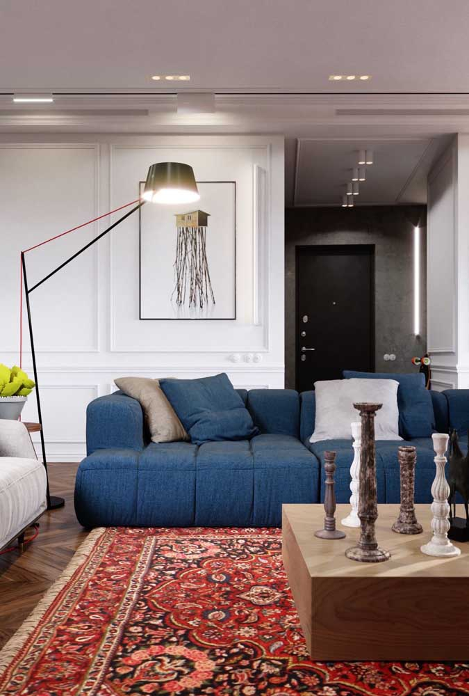Sala moderna com luminária de chão. Repare como a luz é bem direcionada nesse tipo de luminária