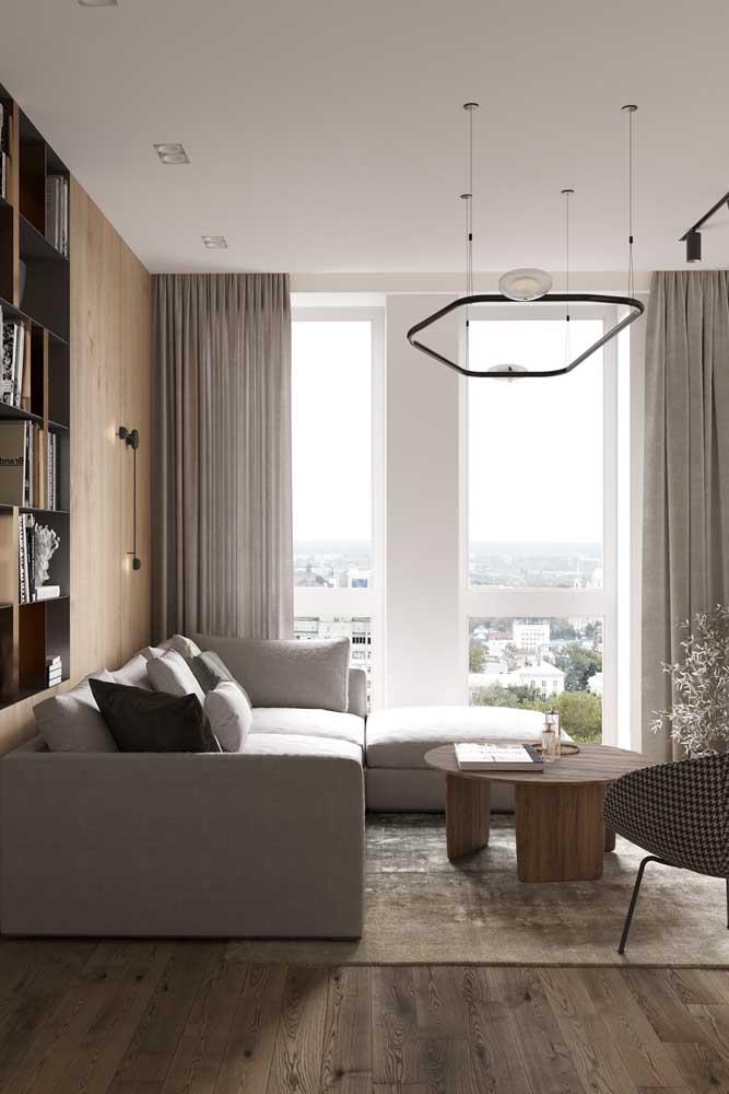 Nessa sala tem espaço para três tipos de luminárias diferentes: de trilho, pendente e de parede