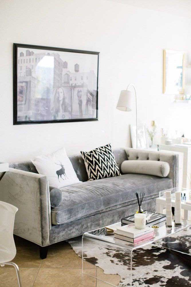 Luminária para sala ao lado do sofá. Local perfeito para relaxar e ler um livro