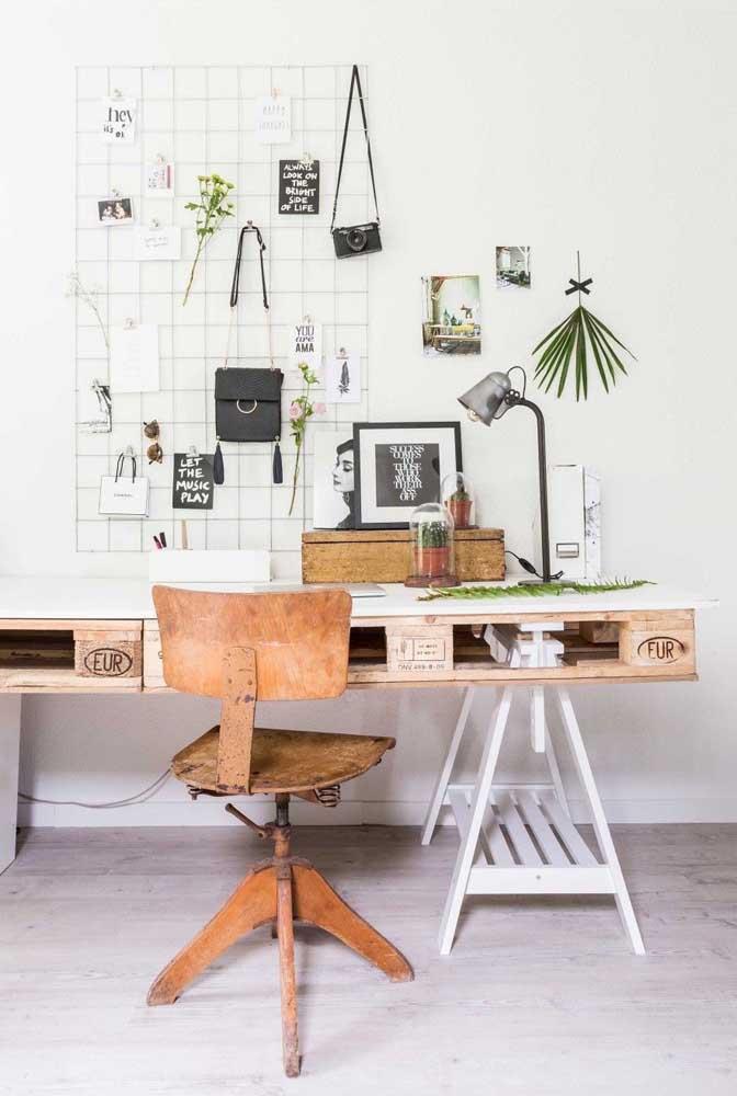 Mesa de trabalho feita de pallet e cavaletes