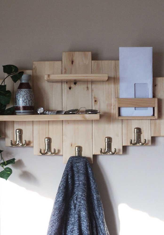 Cabideiro de parede feito com pallets: ideia simples e funcional