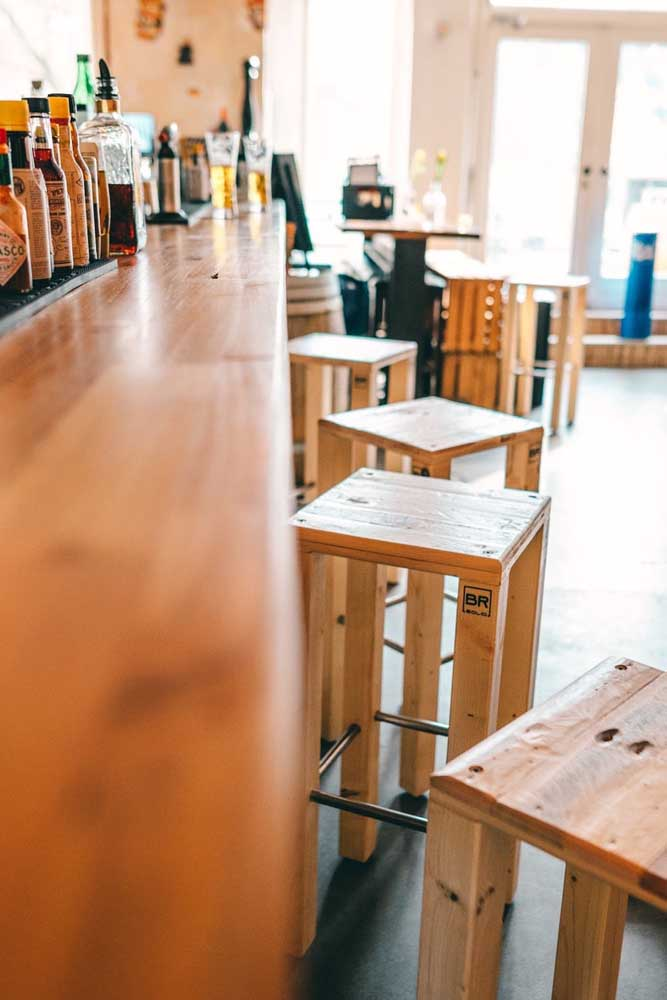 Banquetas de pallet para um bar moderno e descontraído