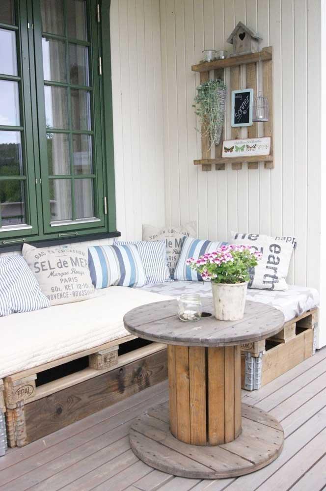 E para completar o sofá de pallet, uma mesa de carretel de madeira