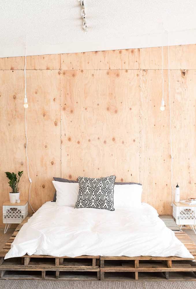 Painel de madeira e cama de pallet: simples assim!