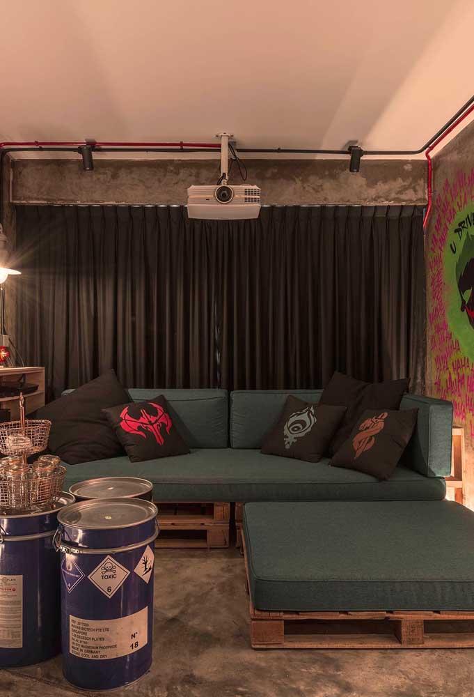 Sala moderna com sofá de pallet