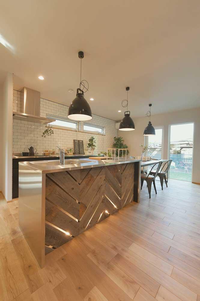 E na cozinha elegante quem se destaca é o balcão de pallet
