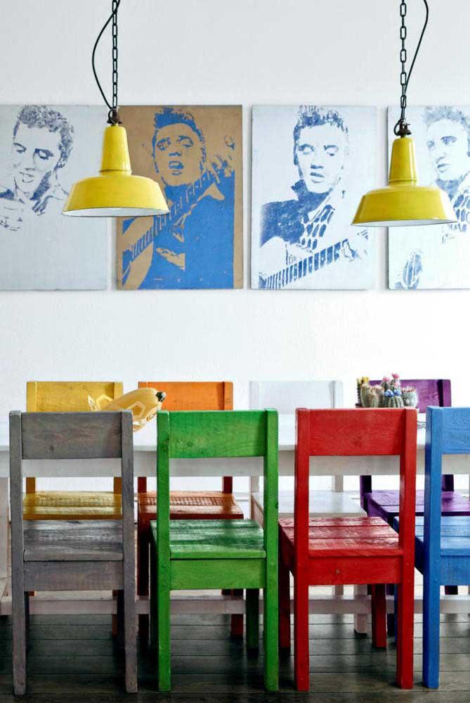 Cadeiras coloridas de pallet para alegar a sala de jantar