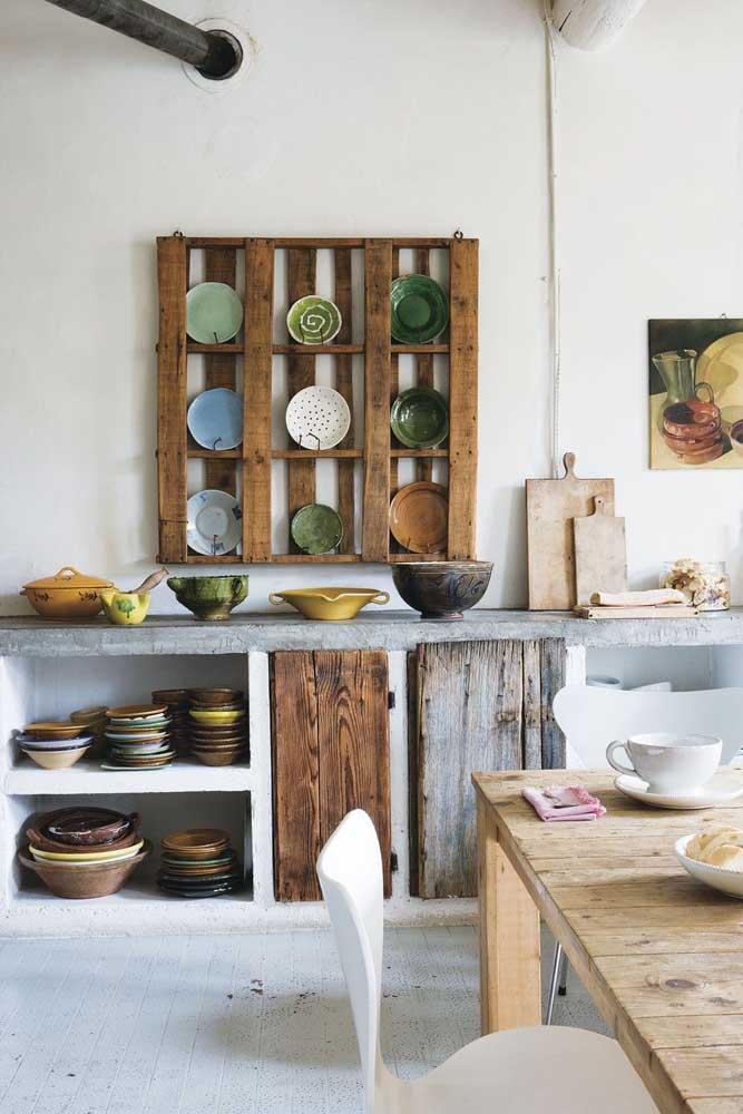 Móveis de pallet para cozinha. Repare que o armário é de concreto e apenas as portinhas de madeira