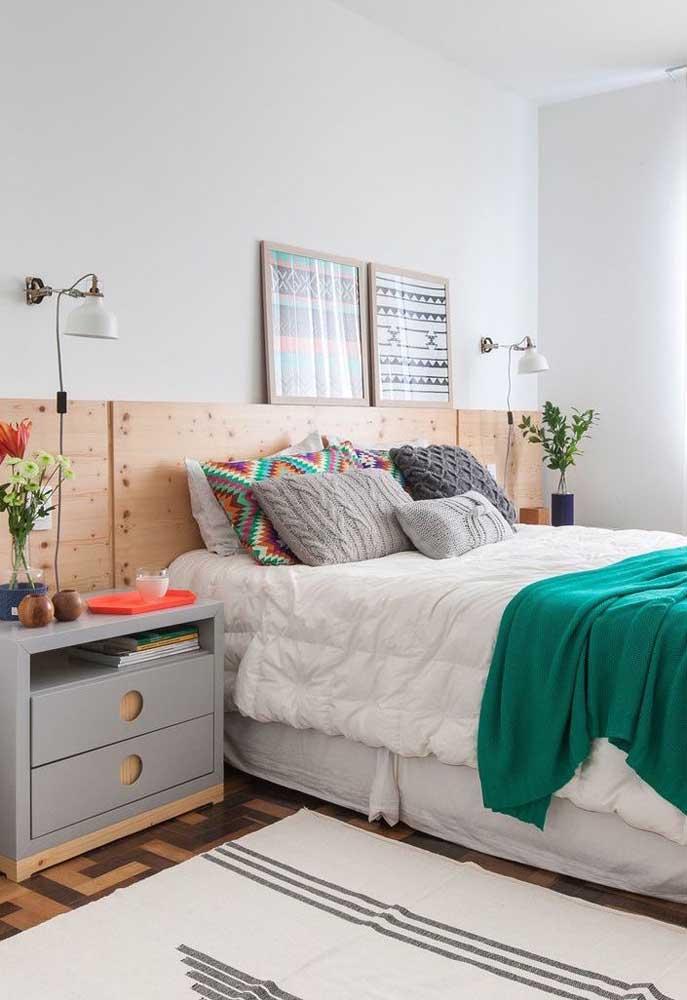 Olha que boa dica: apoie os quadros para quarto na cabeceira da cama